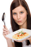 Nourriture italienne - la femme de verticale mangent de la sauce à spaghetti Images libres de droits