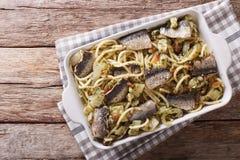 Nourriture italienne : pâtes avec les sardines, le fenouil, les raisins secs et les pignons Images stock