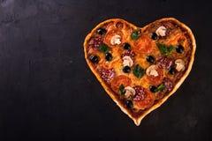 Nourriture italienne romantique de dîner de restaurant de jour du ` s de Valentine d'amour de coeur de pizza Prosciutto, olives,  Image libre de droits