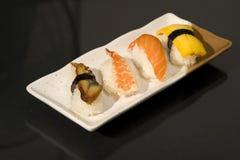 Nourriture japonaise avec les sushi crus Photo libre de droits