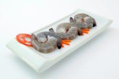 Nourriture japonaise - crevettes roses crues gastronomes de tigre de roi de sushi sur le blanc Photo stock