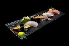 Nourriture japonaise de tradition Sushi de la meilleure qualité exclusifs réglés du plat en bois image libre de droits