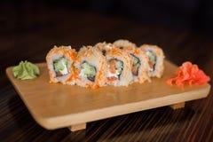Nourriture japonaise Petits pains de sushi avec le caviar des poissons de vol photographie stock