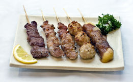 Nourriture japonaise, plaque des brochettes de viande, Photographie stock