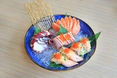 Nourriture japonaise, portion d'ensemble de sashimi sur la glace contre la table en bois images stock
