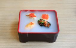 Nourriture japonaise, portion réglée de sushi de Nami avec froid fumé sur la table en bois photographie stock