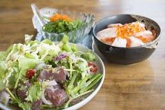 Nourriture japonaise réglée - Tuna Salad fraîche épicée Photographie stock