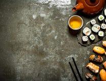 Nourriture japonaise Rouleaux de sushi et une tasse de thé Photo stock