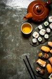 Nourriture japonaise Rouleaux de sushi et une tasse de thé Photos libres de droits