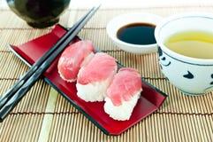 Nourriture japonaise - sushi de thon sur le tapis en bambou photographie stock