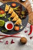 Nourriture japonaise traditionnelle, boulettes frites avec des légumes image libre de droits