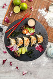 Nourriture japonaise traditionnelle, boulettes frites avec des légumes Photos libres de droits