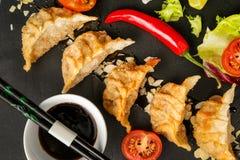 Nourriture japonaise traditionnelle, boulettes frites avec des légumes images libres de droits