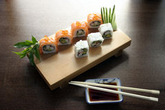 Nourriture japonaise traditionnelle de sushi Photo stock
