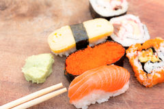 Nourriture japonaise traditionnelle de sushi frais Photos stock