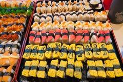 Nourriture japonaise traditionnelle de sushi frais Image libre de droits
