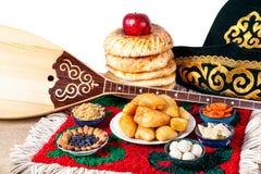 Nourriture kazakh, dombra et chapeau photos libres de droits