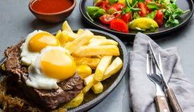 Nourriture latino-américaine péruvienne Lomo un pobre de lo Pommes de terre frites par petit morceau pommes frites et oeufs de bo Photo libre de droits