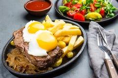 Nourriture latino-américaine péruvienne Lomo un pobre de lo Pommes de terre frites par petit morceau pommes frites et oeufs de bo Photo stock