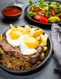 Nourriture latino-américaine péruvienne Lomo un pobre de lo Pommes de terre frites par petit morceau pommes frites et oeufs de bo Photographie stock