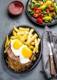 Nourriture latino-américaine péruvienne Lomo un pobre de lo Pommes de terre frites par petit morceau pommes frites et oeufs de bo Photographie stock libre de droits