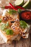 Nourriture mexicaine de rue : chimichanga avec le plan rapproché de viande hachée Vert Images stock