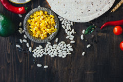 Nourriture mexicaine - tortilla avec les légumes, le maïs et les haricots photo stock