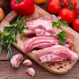 Nourriture. Morceaux de viande crue coupés en tranches pour le barbecue Images stock