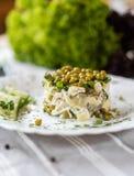 Nourriture nationale russe Salade traditionnelle Olivie Consommation du concept Fond vert clair pour le texte et la conception photo stock