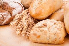 Nourriture naturelle cuite au four fraîche savoureuse de baguette de petit pain de pain Photographie stock libre de droits