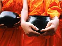 Nourriture offrant à un moine photographie stock libre de droits