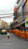 Nourriture offrant aux moines image libre de droits