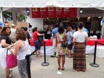 Nourriture péruvienne de commande au stand de concession image stock