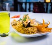 Nourriture péruvienne : mariscos d'escroquerie d'arroz images stock