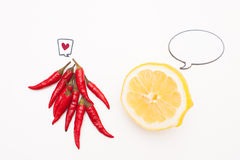 Nourriture parlante : poivrons de citron et de piment avec les labels comiques d'amour Photographie stock