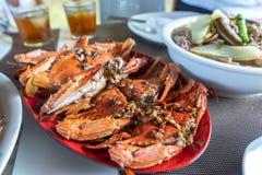 Nourriture philippine traditionnelle - crabe cuit à la vapeur de mer avec la source d'ail photographie stock