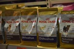 Nourriture pour des chiens dans le supermarché Photographie stock libre de droits