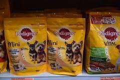 Nourriture pour des chiens dans le supermarché Images libres de droits
