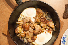 Nourriture rurale de petit déjeuner rustique riche, porc d'oeuf au plat et légumes frais d'un plat Photos libres de droits