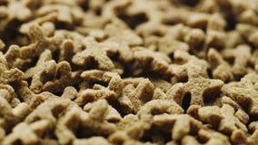 Nourriture sèche pour des animaux familiers sous forme d'étoiles de quatre-partie banque de vidéos