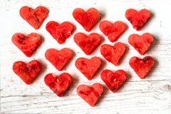 Nourriture saine avec amour Morceaux de pastèque sous forme de coeurs sur le fond en bois blanc Vue supérieure Photos libres de droits