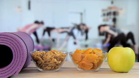 Nourriture saine avec du yoga, Pilates, classe de yoga