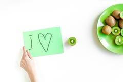 Nourriture saine avec le kiwi du plat sur la vue supérieure de fond blanc de bureau Photographie stock libre de droits
