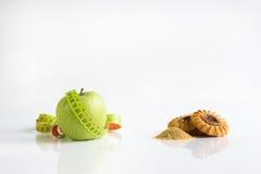 Nourriture saine avec le mètre mou ou la nourriture néfaste Photos stock