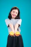 Nourriture saine Belle fille asiatique de pin-up de sourire tenant l'ove orange Images stock