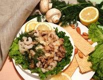 Nourriture saine Crevettes, champignon, amandes et laitue Snac de lumière image libre de droits