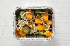 Nourriture saine dans des boîtes d'aluminium, concept de régime Le soja pousse la salade photos stock