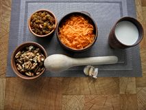 Nourriture saine dans un plat brun d'argile avec une cuillère en bois sur la table photographie stock libre de droits