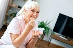 Nourriture saine de femme de soins de santé supérieurs d'exercice à la maison Photos stock