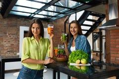 Nourriture saine de nutrition et de régime Femmes buvant du jus frais Photographie stock
